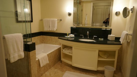 Four Seasons Hotel Miami : Bathroom with separate tub and large shower 