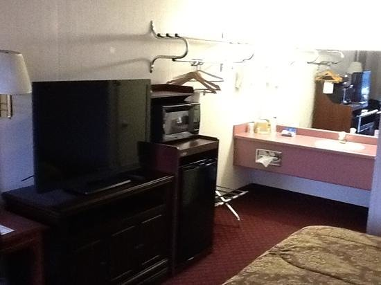 Branson Yellow Rose Inn and Suites : Vanity, TV, fridge, microwave 