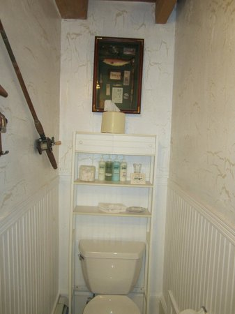 Historic Jacob Hill Inn: Fishing gear in the bathroom of the Plymouth suite