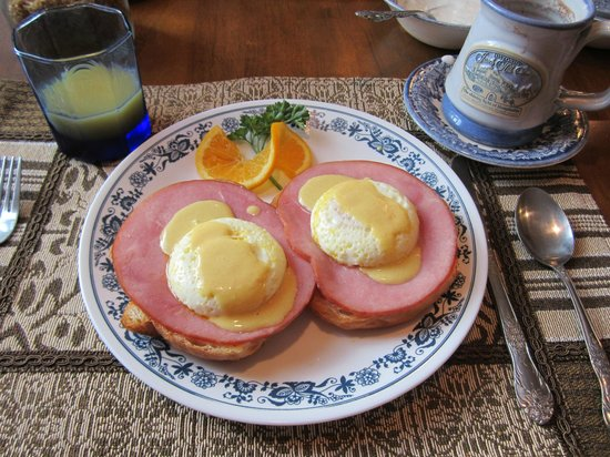 Historic Jacob Hill Inn: Eggs benedict
