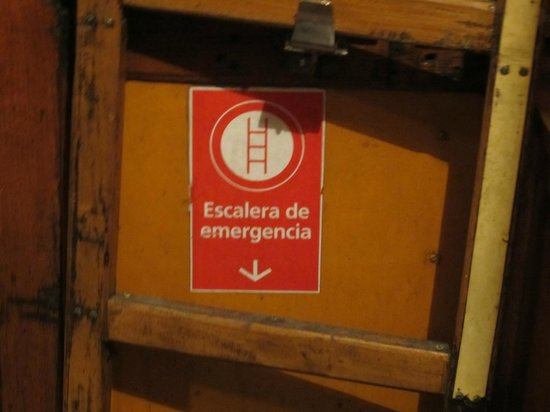 El Edificio de los Pavos Reales: In Case of Emergency...use this stairs (inside subway train)