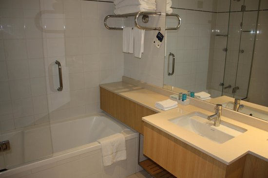 Novotel Sydney on Darling Harbour: Another bathroom view