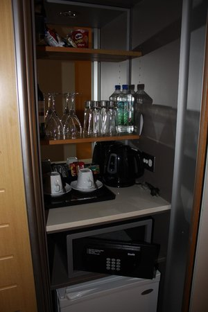 Novotel Sydney on Darling Harbour: Minibar and room safe