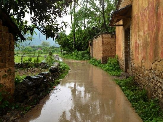 Yangshuo Secret Garden Boutique Hotel: A little pathway leading to the hotel