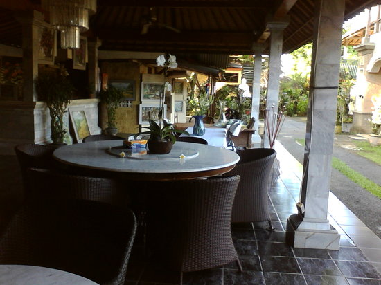 Oka Kartini Bungalows: dining area
