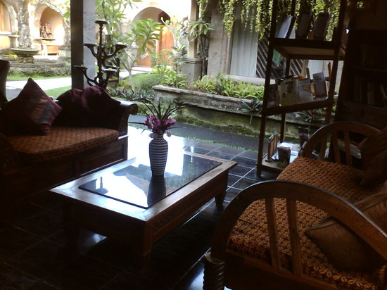Oka Kartini Bungalows: lounge area in lobby