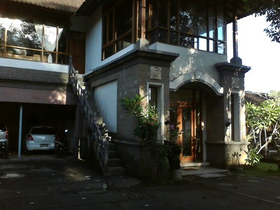 Oka Kartini Bungalows: accommodation and gallery entrance