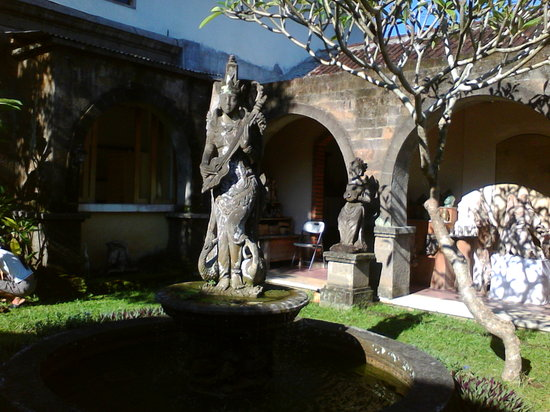 Oka Kartini Bungalows: goddess in garden