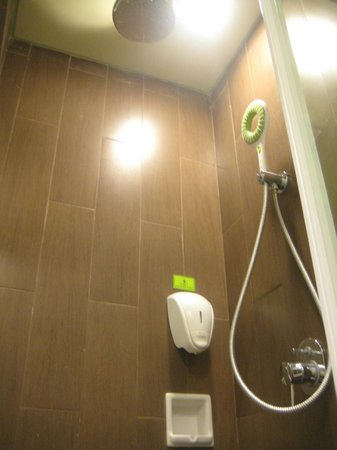 MaxOneHotels @ Sabang: Shower Cabin