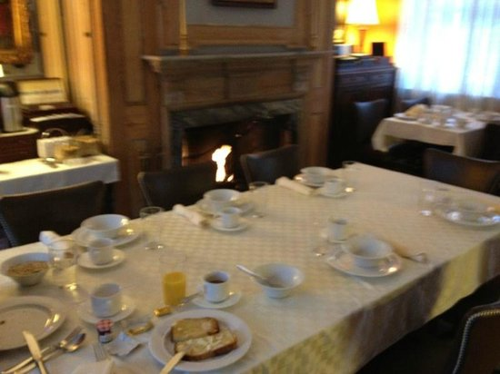 Morris House Hotel: Desayuno en plan B&amp;B, compartiendo mesa