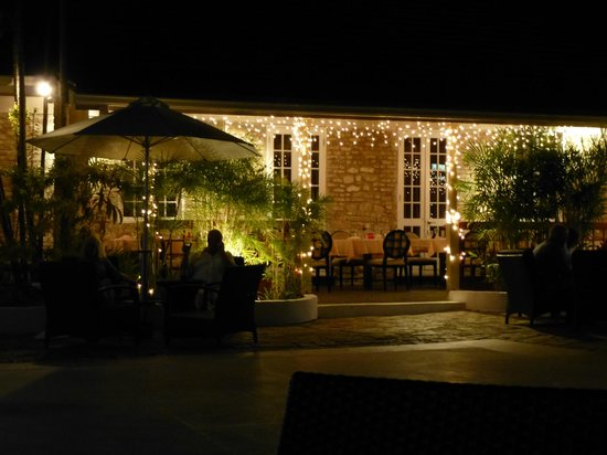 Island Inn Hotel: Courtyard after Dinner
