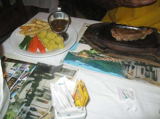 Wina Holiday Villa Hotel: Steak, chips & veg, hotel dining room