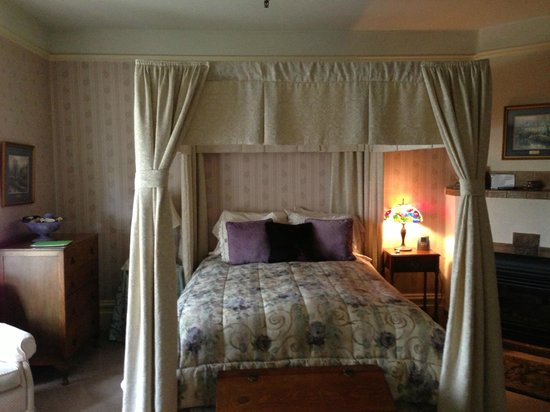 Hennessey House Bed and Breakfast: Lavender Lace room