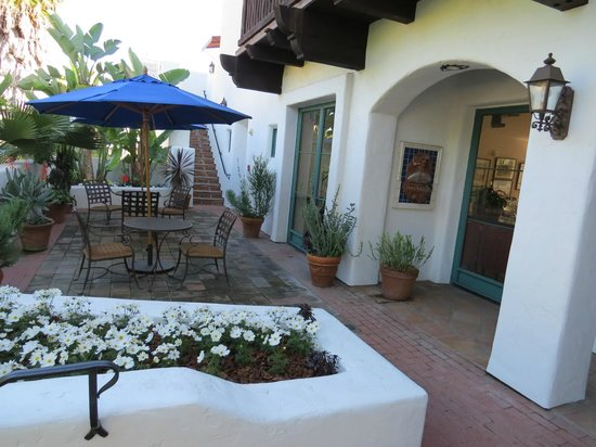 Spanish Garden Inn: Center courtyard