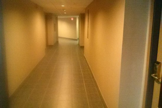 Comfort Inn Airport: hallways are starting to look good
