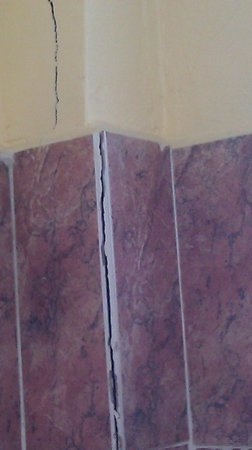 Hotel San Jorge: Cracks in tile and wall in bathroom