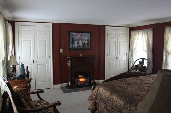 The Colonial Inn at Historic Smithville: Closet on left houses TV right is for clothes note the faux fireplace
