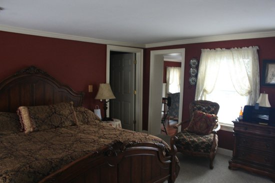 The Colonial Inn at Historic Smithville: Lokking at the entrance to the bathroom on left and sitting room on right