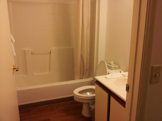 Extended Stay America - Atlanta - Vinings: bathroom
