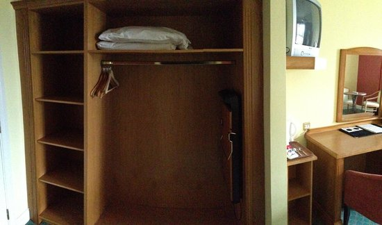 Woodlands Hotel: wardrobe