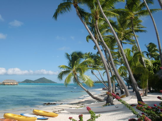 Bora Bora Pearl Beach Resort & Spa: Walking on the beach