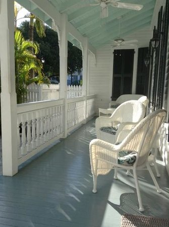 The Conch House Heritage Inn: Porch area at breakfast