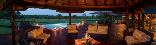 Nkorho Bush Lodge: Deck and Swimming Pool overlooking the Open Plain