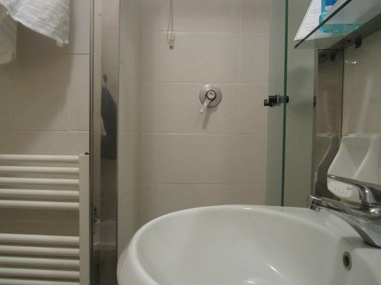 Santa Marina Hotel: ensuite with shower for tiny people room 303