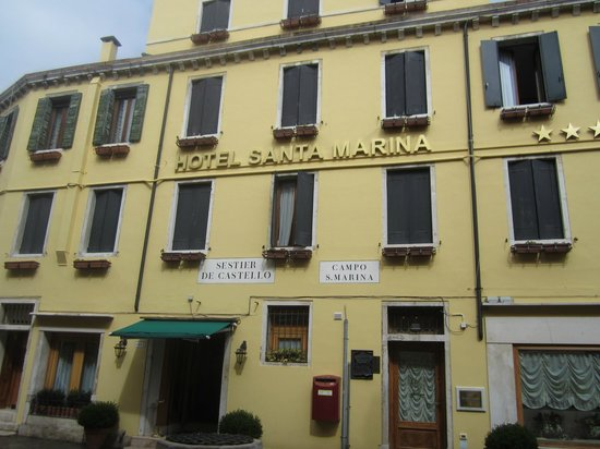Santa Marina Hotel: Front view of hotel