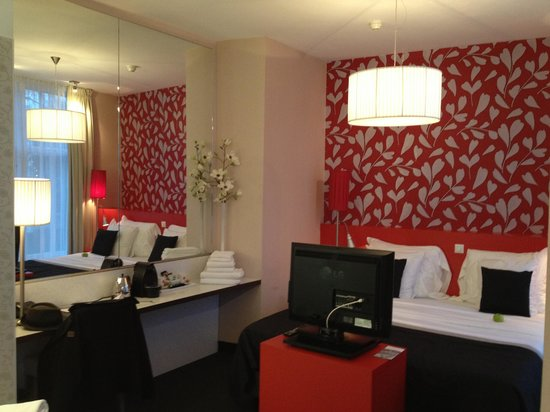 Hotel-Bloemendaal: The bed with TV and dressing table