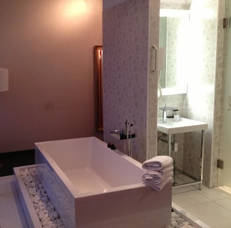 Hotel-Bloemendaal: The enormous bathtub