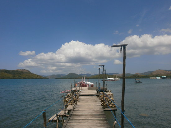 Discovery Island Resort and Dive Center: View out from the jetty