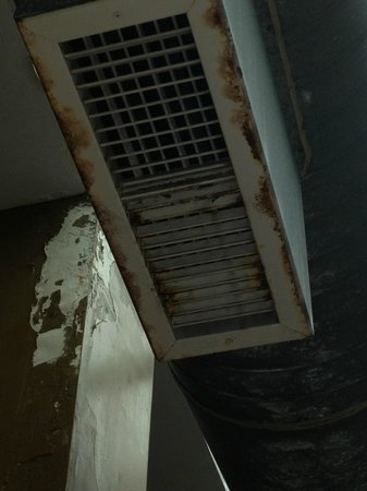 Embassy Suites Hotel Seattle - North / Lynnwood: vents in the pool area are rusted and gross