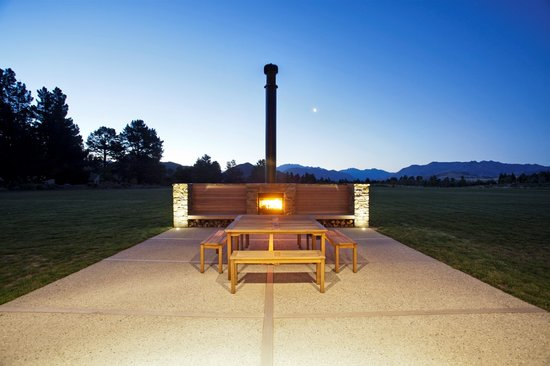 Wanaka Haven: Outside fireplace