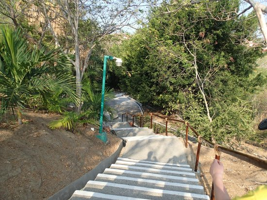 Las Brisas Huatulco: Stairs down to lobby