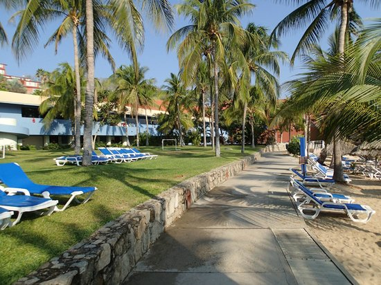 Las Brisas Huatulco: Main walkway by main beach