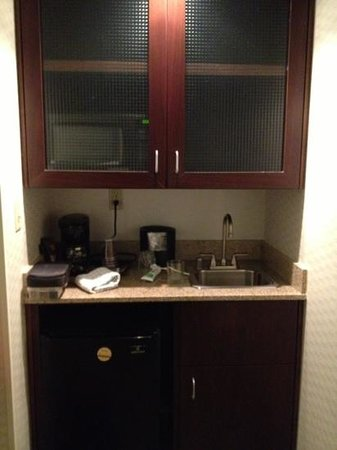 SpringHill Suites Billings: microwave oven, coffee maker, sink & cabinets