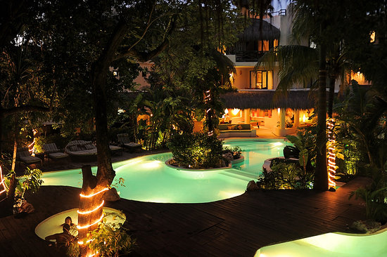 La Tortuga Hotel &amp; Spa: Our Pool by night
