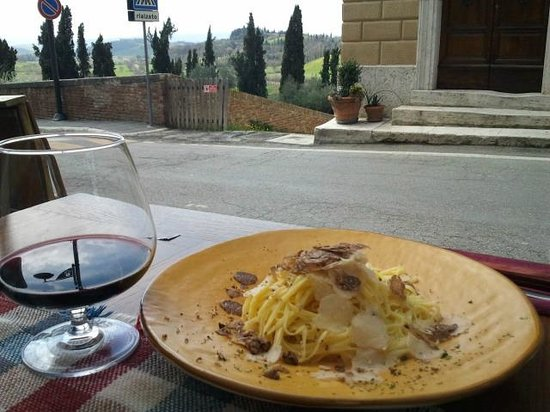 San Giovanni d&#39;Asso, Italia: tagliolini al tartufo con vino Val d&#39;Orcia