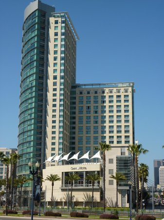 Omni San Diego Hotel: Hotel from street level