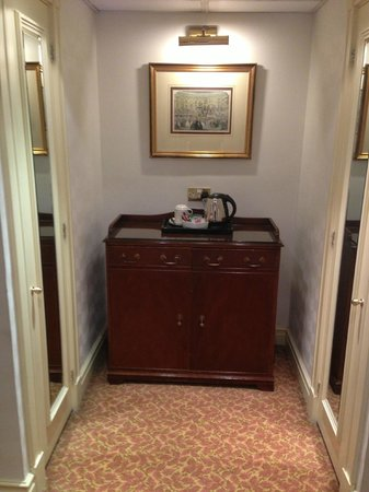 Millennium Hotel London Mayfair: 2 wardrobes and coffee / tea facilities