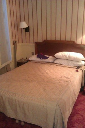 Hotel du Theatre: Tiny but comfortable room