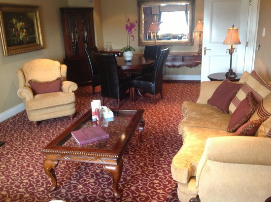 Canal Court Hotel: Living room in suite