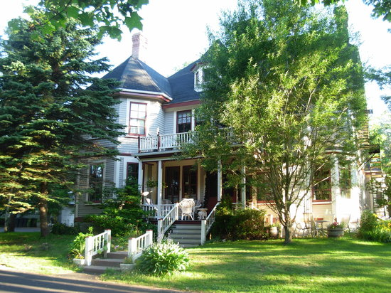 Elmwood Heritage Inn: Elmwood just after a summer dawn