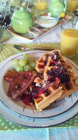 Willow Guest House: Complimentary breakfast with waffles + berries (Mar 29)