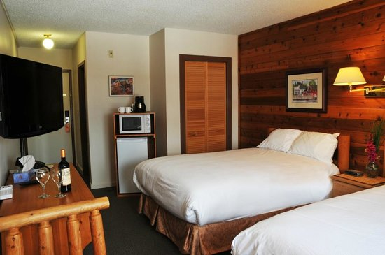 St. Peter's, Canada: Room with 2 double beds.