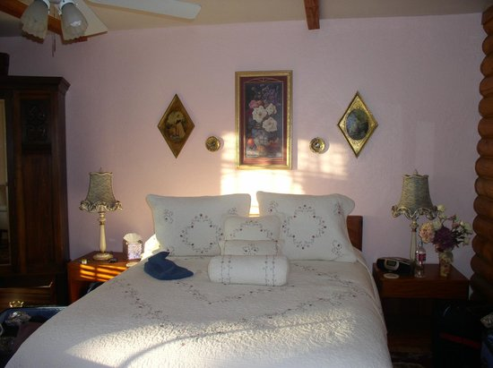 Grand Living Bed & Breakfast: Our lovely room so cosy inspite of the snow outside.