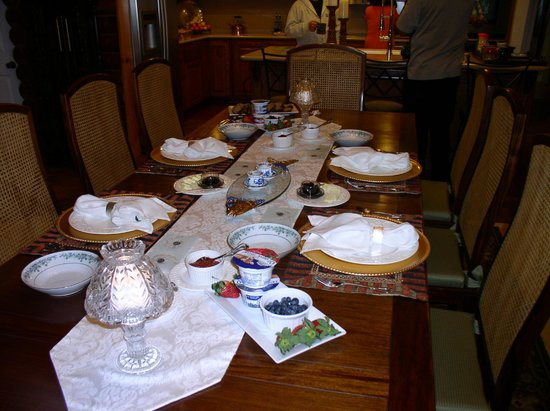 Grand Living Bed & Breakfast: Table set ready for Breakfast.