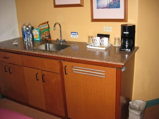 Hotel Coral & Marina: Nice wet bar with fridge and coffee maker in Living Room