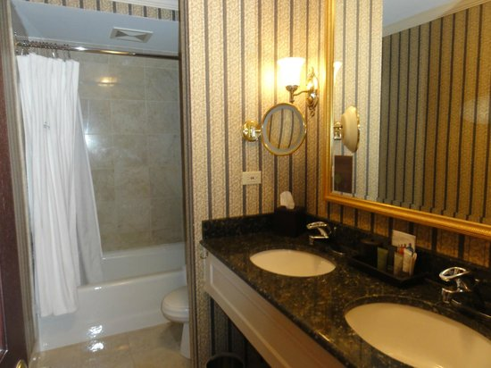 The Talbott Hotel: Bathroom